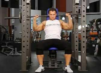 杠铃推举 杠铃颈后推举是锻炼三角肌最好的训练方法之一
